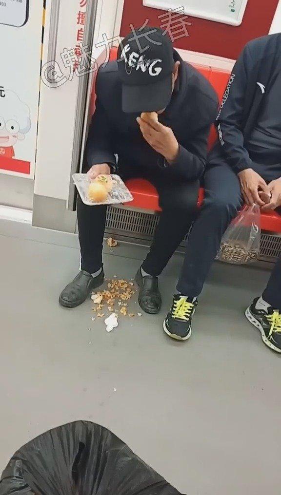 长春地铁上的一幕,大家怎么看?