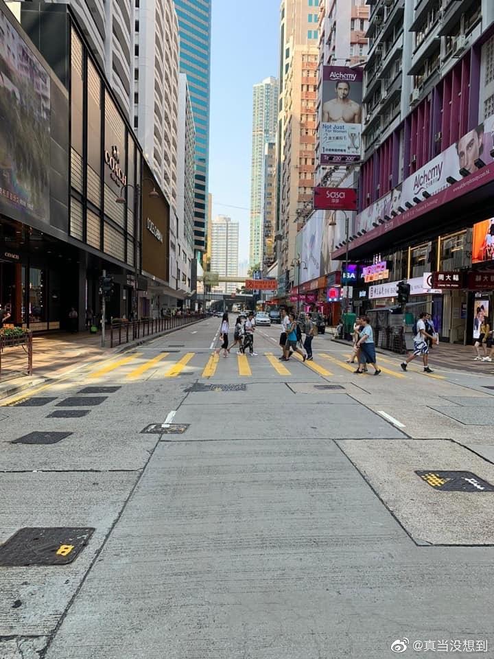10.1国庆下午的尖沙咀海港城,街头冷冷清清,商铺几乎没生意