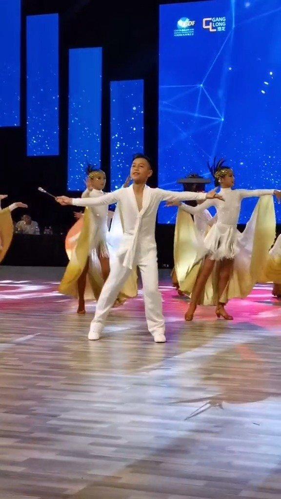 北京青少年锦标赛展演舞之《午夜画廊》,帅呀,钟丽缇女儿就在其中