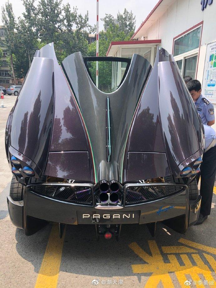 日前,一台帕加尼Huryra跑车正在天津车管所上牌