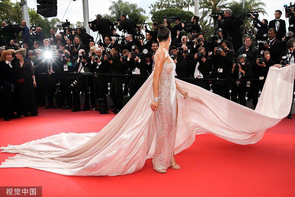 女星卡米拉·科埃略(Camila Coelho)亮相戛纳电影节电影《隐秘的生活