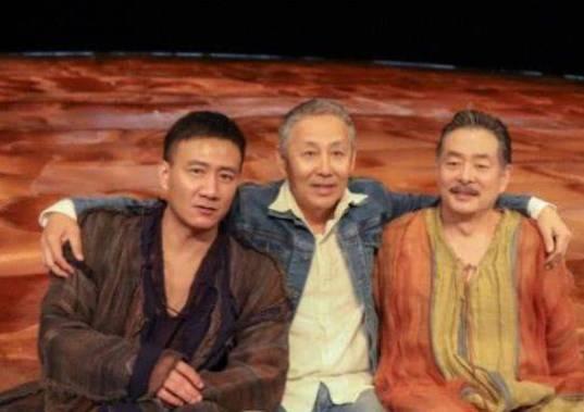 63岁陈道明近照曝光,与老友胡军濮存昕合影,头发花白面容苍老