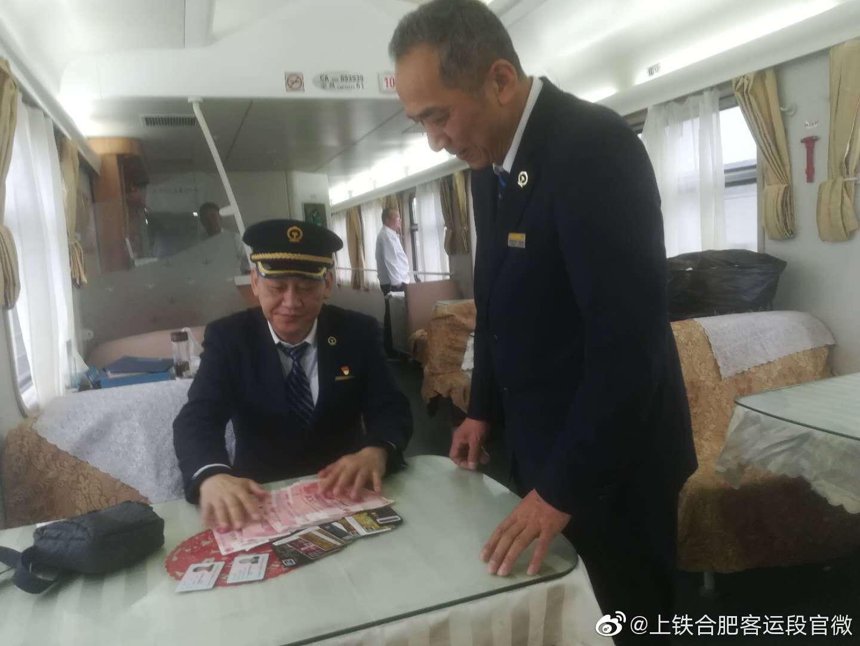 4月22日杭州东站站台上,一位旅客激动的对K8564次列车长吕庆军说