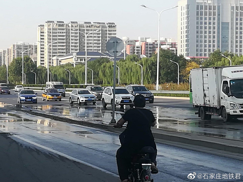 """西二环和平路方向""""中山庄园酒店""""附近里面有积水"""