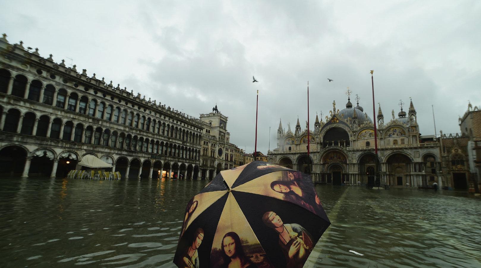 意大利著名城市威尼斯遭遇暴雨袭击并引发洪水