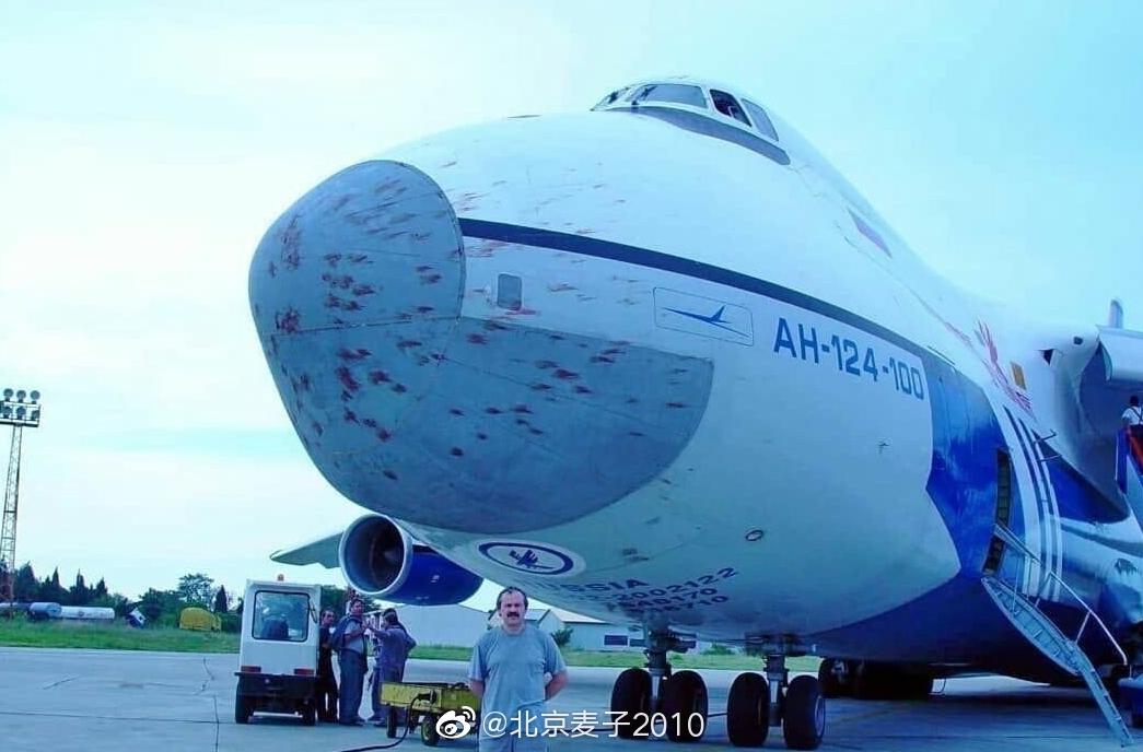 啧…毛熊的飞机是糙哈,禁造~飞行中撞得满脸是血照飞不误…