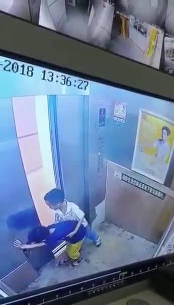 回顾2018年5月一幕:熊孩子电梯内打闹,不小心被门夹住!!
