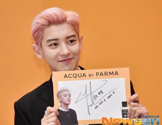 朴灿烈参加签售会的新闻图来了,粉色头发的灿烈你们可以吗?