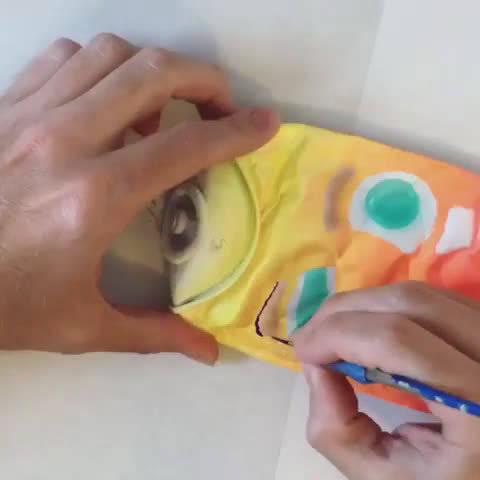 纽约街头艺术家Buff Monster将空扁喷漆罐头制作成有趣的原创角色。