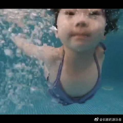 儿童游泳池里的游泳小健,这将是水育早教中心和亲子游泳馆里最棒的