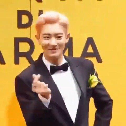 EXO成员朴灿烈现身签售会,粉色头发造型超吸睛