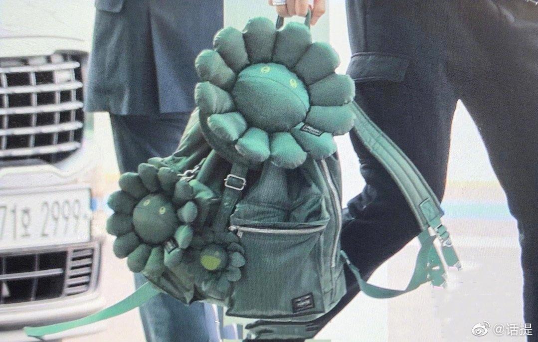 王嘉尔这个书包真的好玩!绿色太阳花,这是刚刚大战完僵尸吗