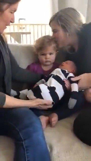 小女孩第一次见到刚出生的弟弟,表情:我该怎么办?