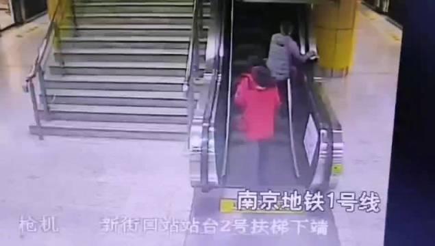 老人电扶梯上摔倒 热心小伙丢下行李飞奔帮忙