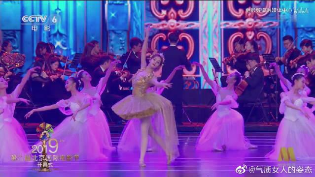 全场沸腾!迪丽热巴芭蕾造型登场北京电影节,还有热巴不会的吗?
