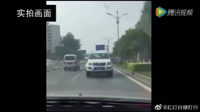 丰田霸道司机倒着开车几公里远,确实很霸道!