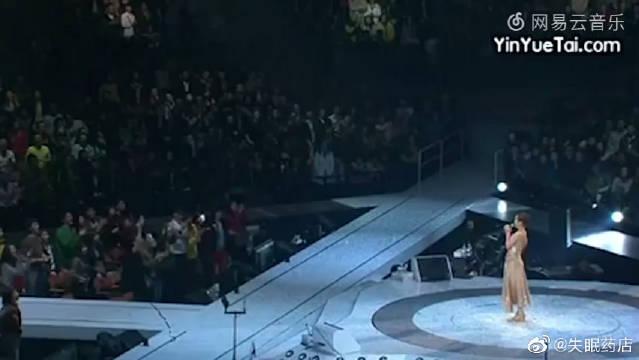 关淑怡演唱会上唱《难得有情人》泣不成声,最后全场观众帮着唱完