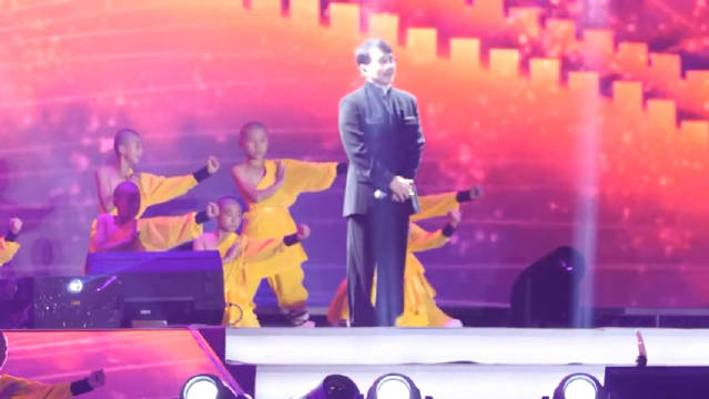 成龙在北京参加辛巴演唱会压轴献唱《国家》