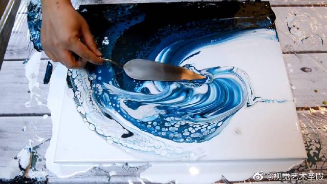 倾倒的颜料变成蔚蓝的海浪(丙烯画,流体画,CraftyJenn)