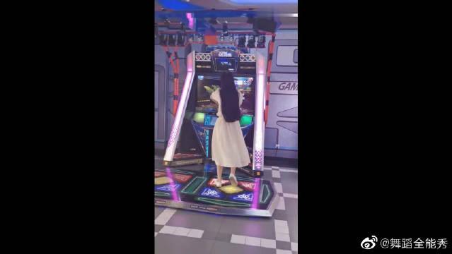 一袭白裙长发飘飘的小姐姐,跳舞机上跳舞,太有仙气了!
