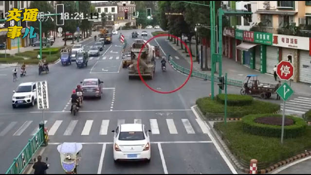 罐车和摩托同时进入路口,摩托正好处于罐车盲区之中