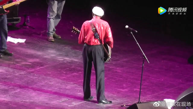摇滚之父查克·贝里现场演奏电影《回到未来》的主题曲,实在是厉害