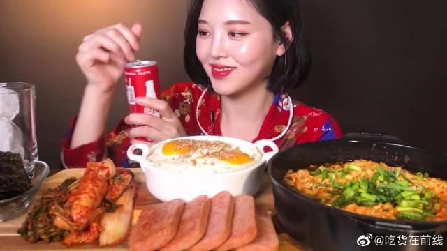 小姐姐吃播米饭配方便面,再加上泡菜和午餐肉