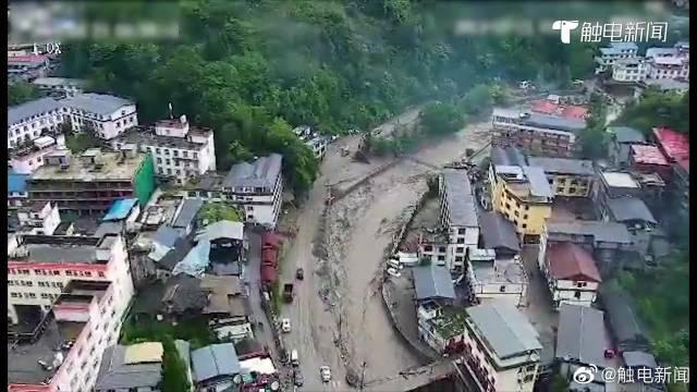 汶川暴雨灾情航拍:仍有楼房被水浸,正在转移游客