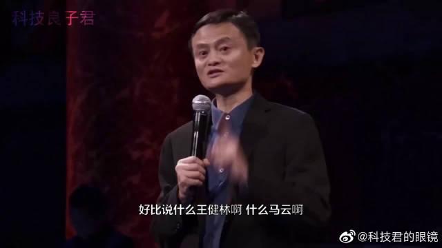 回老家,刘强东回老家,王健林回老家,网友:这差距太大了
