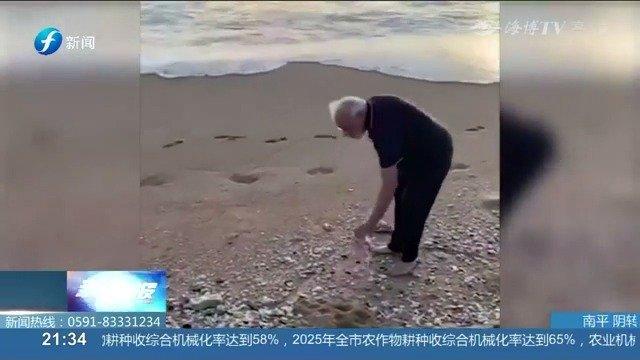 莫迪光脚在沙滩捡垃圾超半小时,身体力行做环保获网友好评