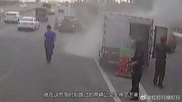 """运钞车自燃瞬间,公交车长竟直接""""扑""""了上去!必须给你点个赞!"""