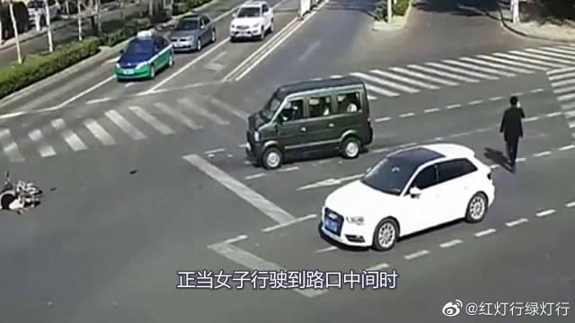 """""""自杀式""""骑车闯红灯,下一秒瞬间被撞飞数十米!好好活着不好吗"""
