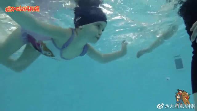 """小女孩水中变身""""小美人鱼"""",大眼睛忽闪忽闪的,教练都被萌化了"""