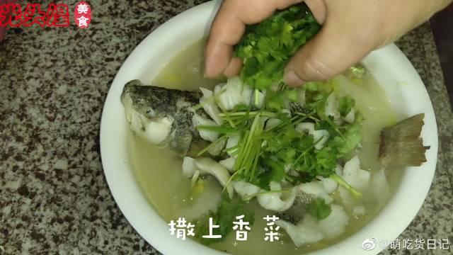 不辣的酸菜鱼是没有灵魂的,这道酸菜鲈鱼却备受欢迎,一次吃一条