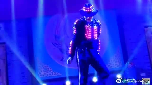 这个街舞他跳得刚劲有力,充满了魔幻色彩