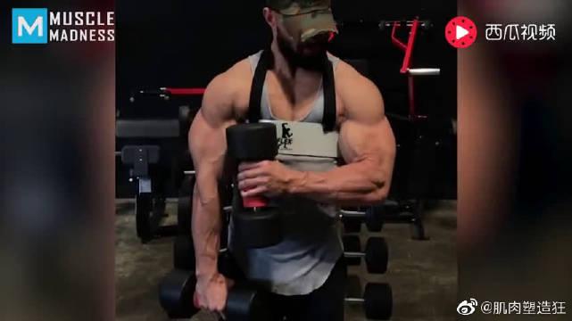 如何锻炼出更强壮的臂部肌肉——朱利安·史密斯的疯狂肌肉训练