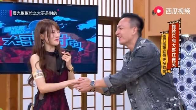 小钟哥见到喜欢的日本女嘉宾,握起手来死活不放