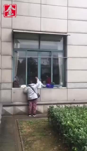疫情期间的爱情 耄耋老太趴在玻璃窗上深情探望