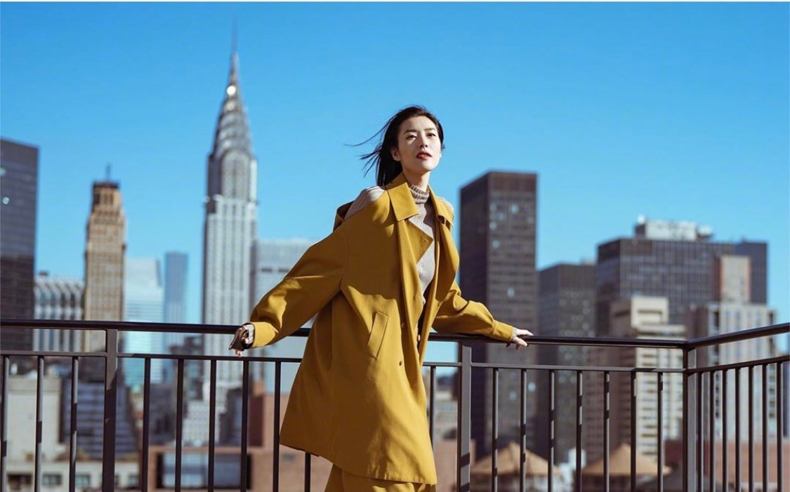 拍摄vivo X30 Pro广告大片的拍摄花絮,一身芥末黄套装帅气又飘逸。