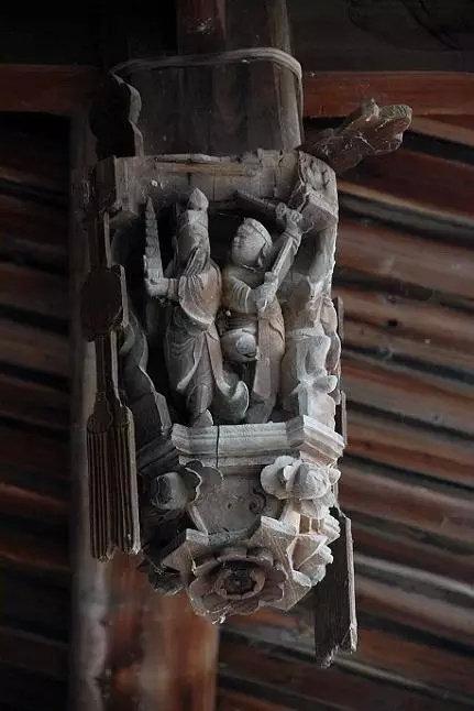 在中国古建筑中,垂花,又称吊桶,上段为斗形,中段为圆筒形
