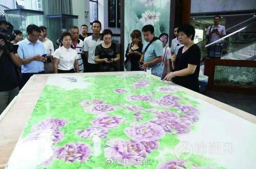 7月22日,我市最大的釉下五彩瓷板画出窑