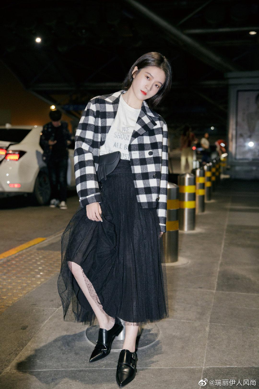 作为新晋品牌大使@张雪迎Sophie 以一身黑白色系穿搭现身首都机场