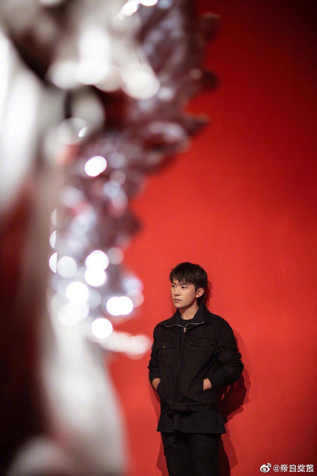 @TFBOYS-易烊千玺 参加雕塑老师任哲的艺术展的现场图曝光