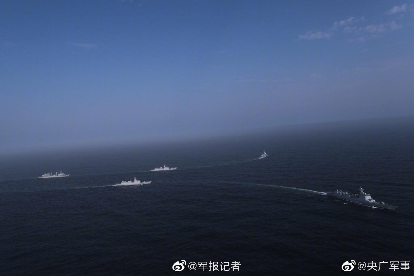 """海军第33批护航编队为中国香港籍商船""""绿宝石""""号伴随护航"""