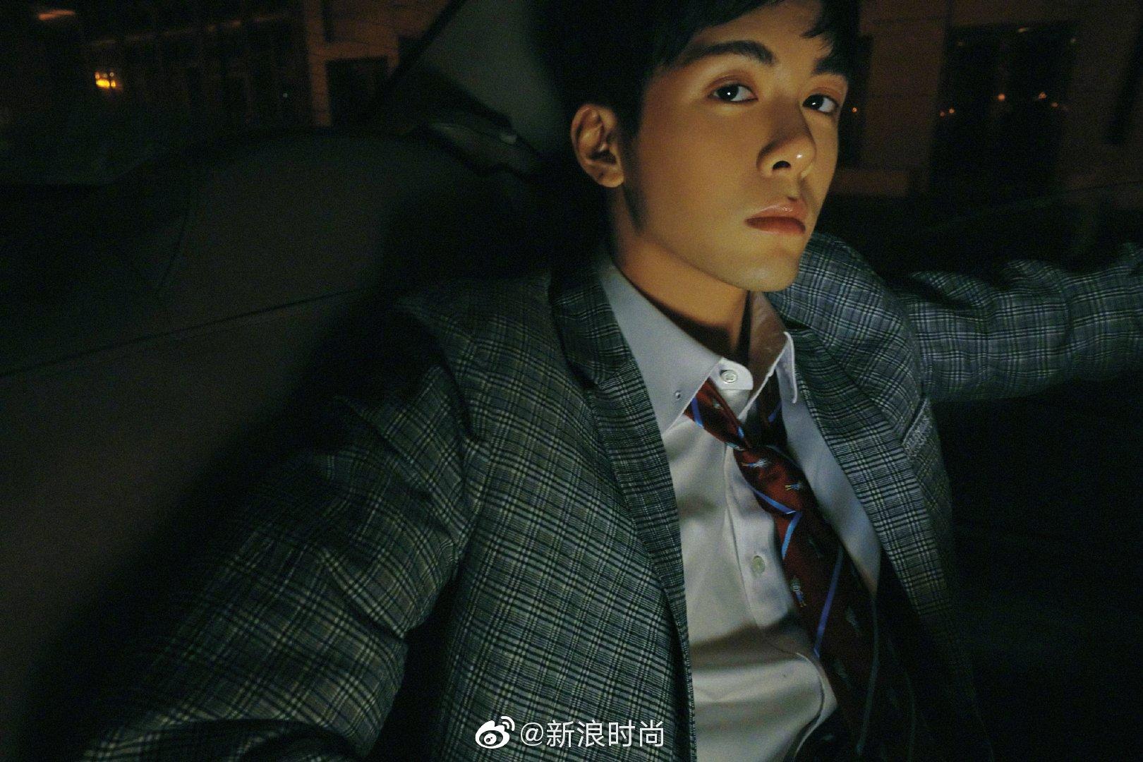 青年演员@曾舜晞Joseph 全新写真曝光,复古格纹西装搭配立领白衬衫