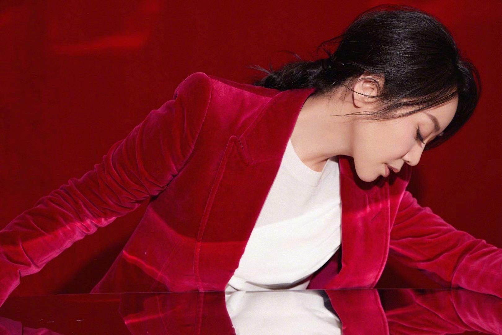 闫妮@素描闫妮 将以一身红丝绒西服裤装亮相春晚,干练裤装飒爽率性