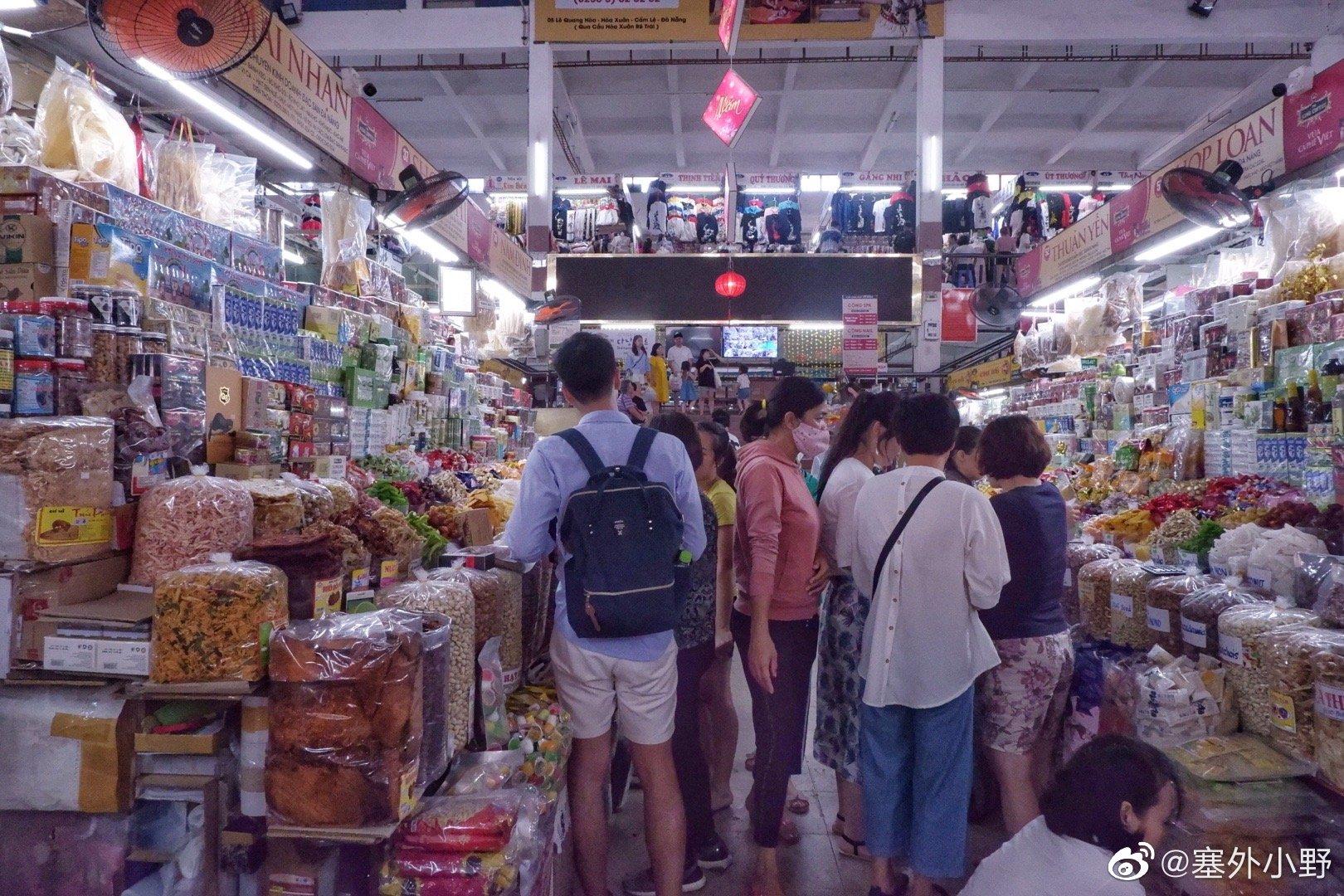 在越南岘港市的江瀚市场里发现都是中日韩的跟团游客