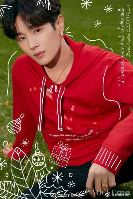 李汶翰《VOGUEme》圣诞特刊封面!大红色Valentino卫衣与挎包