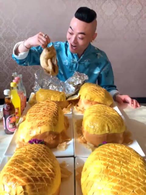 据说这个巨型菠萝包号称包中巨无霸大胃王阿浩