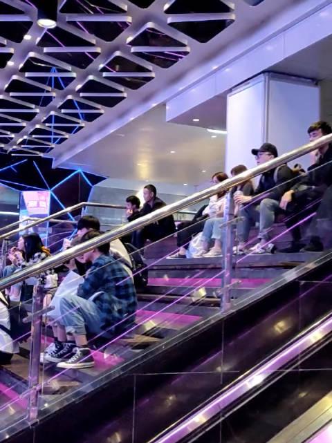 一堆人坐在那,还以为是在看表演呢,万万没想到……哈哈哈。